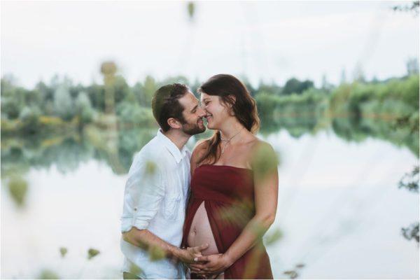 Romantische Babybauchfotos im Grünen